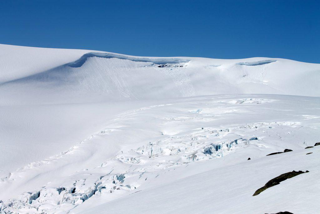 Langs ved Fåbergstølsbreen går en av de mange brerutene over Jostedalsbreen.