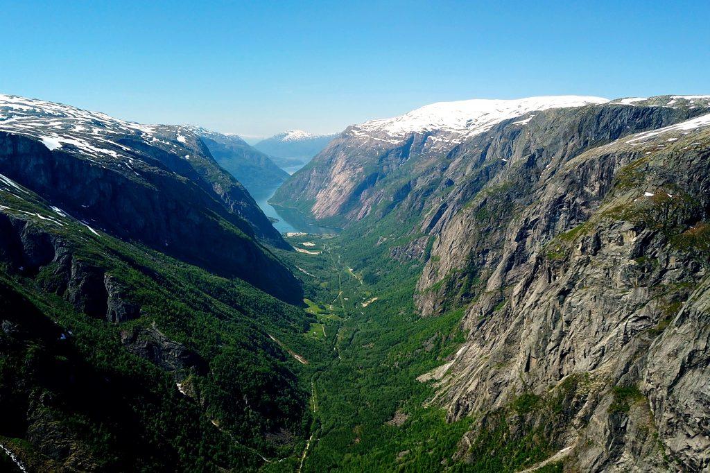 Utsikt utover Simadalen mot Simafjorden fra Hardangervidda-platået.