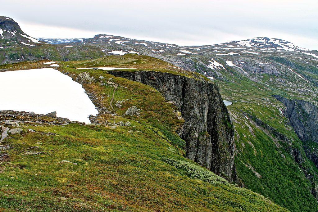 Bispeveien mot Rembesdalssetra går langs bratte stup ned mot Simadalen.