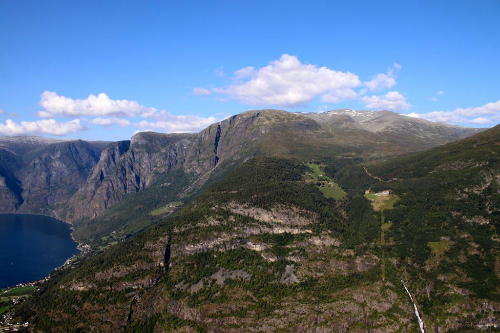 Prest (1.478 moh) ved Aurlandsfjorden med Blåskavlen (1.809 moh) bak sett fra Hovdungo.