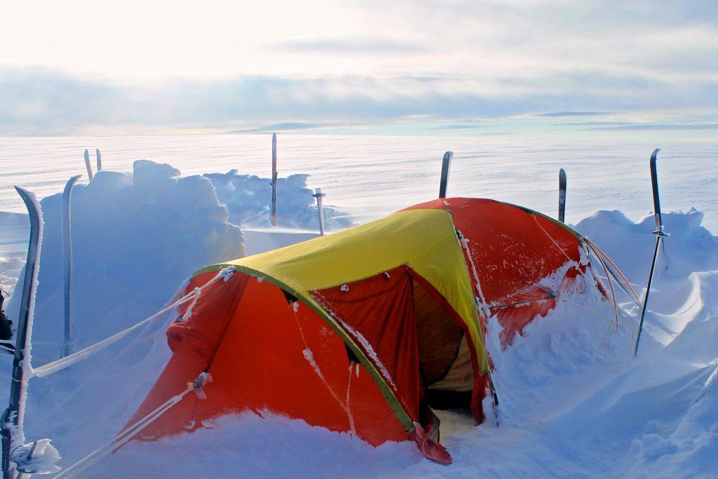 Det har vært en stormfull natt på breplatået av Jostedalsbreen.