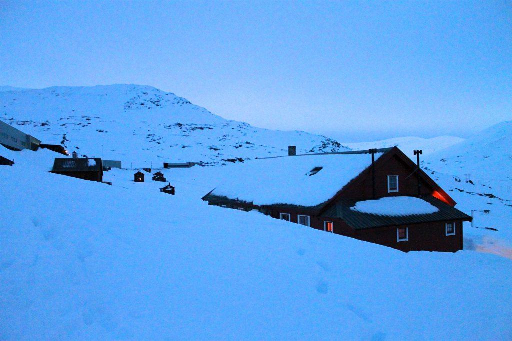 Turisthytten Hallingskeid ligger like ved jernbanelinjen på 1.090 moh.