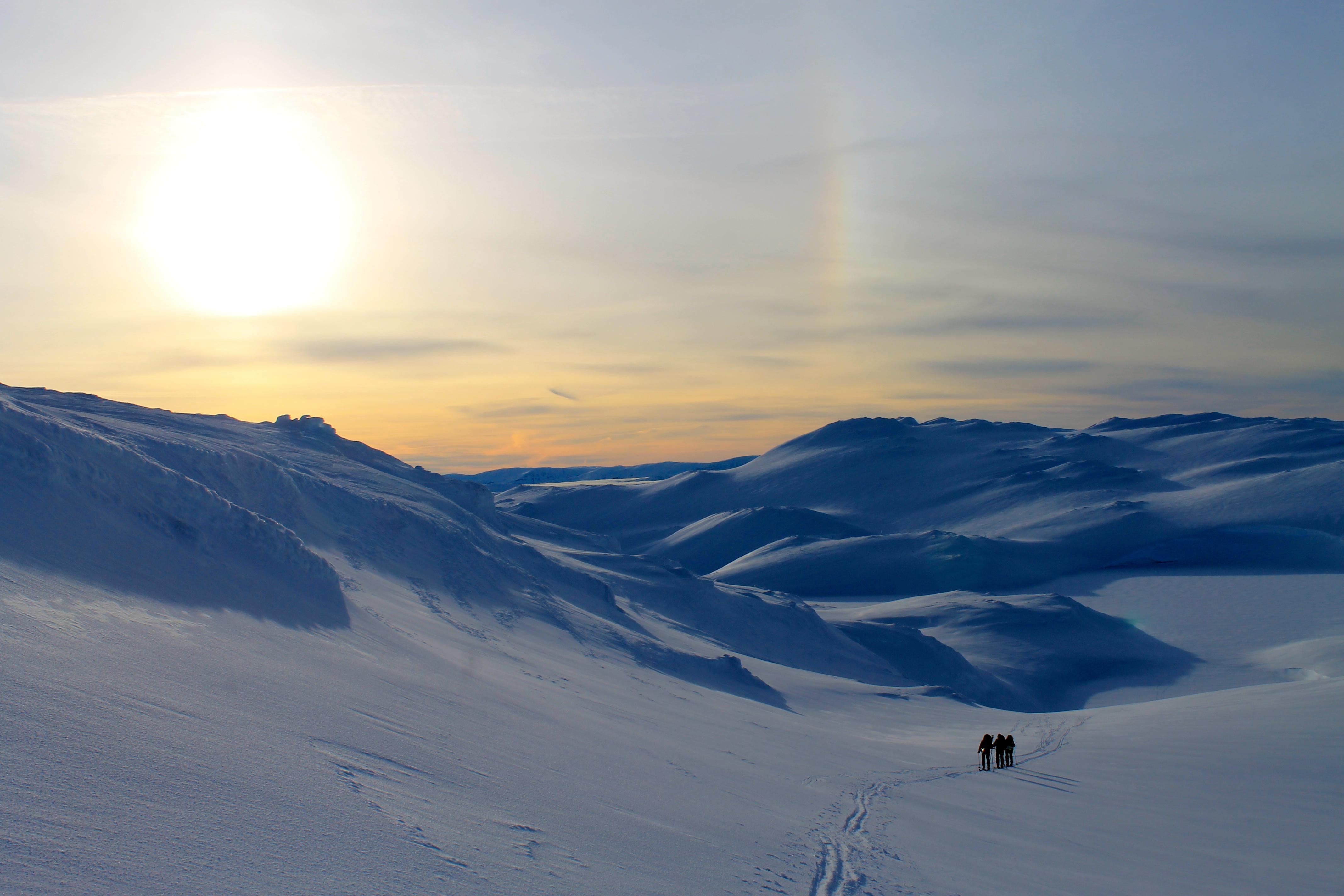 På vei opp mot Baksafjellet (1.636 moh) med Vossaskavlen i bakgrunnen.