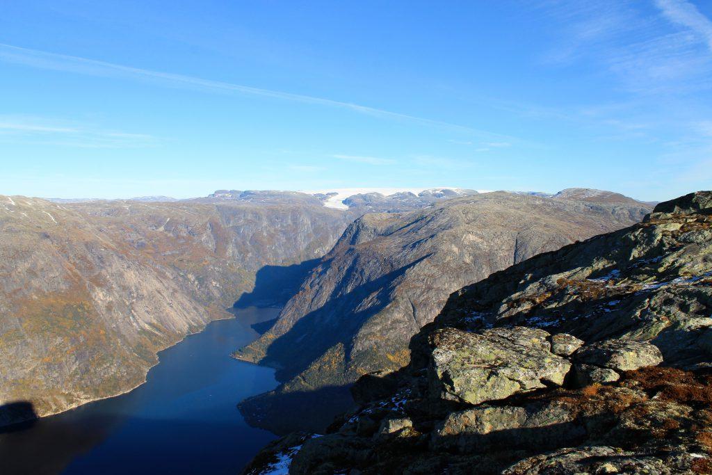 Utsikt fra Øktarnuten i Hardanger mot Simafjorden og Hardangerjøkulen.