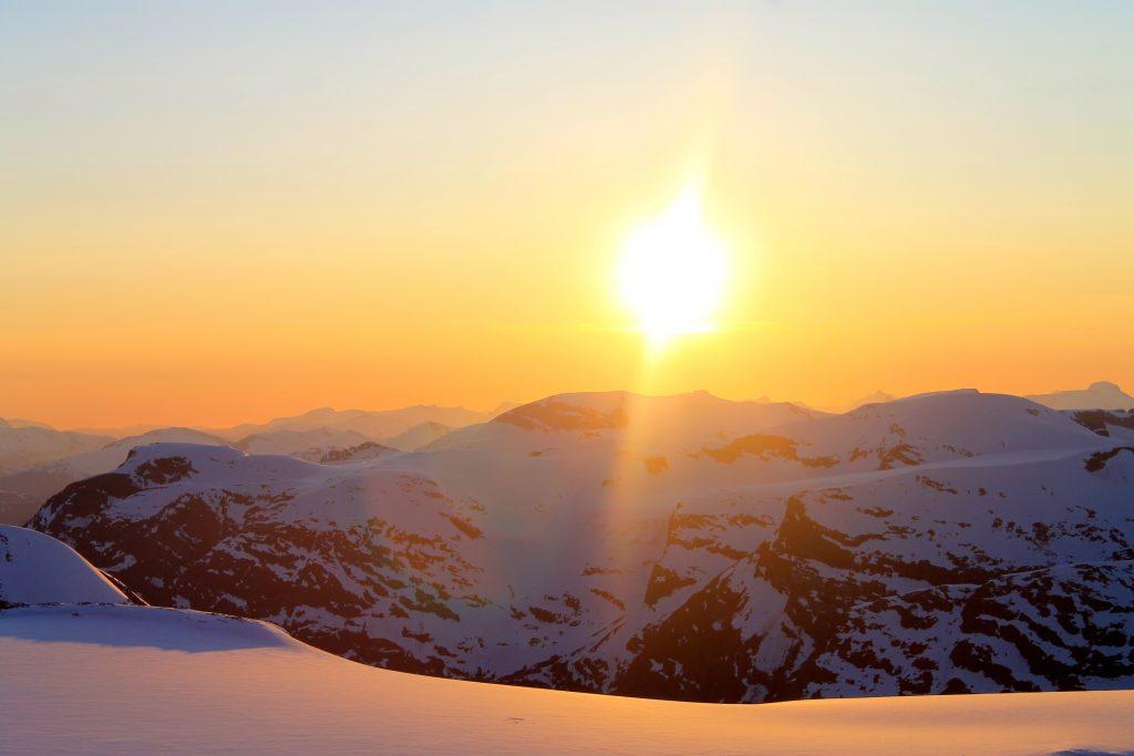Tindefjella og Skåla sett fra Jostedalsbreen og Brenibba i solnedgang. Ser du godt etter kan du se Skålatårnet. Skålebreen midt i bildet.