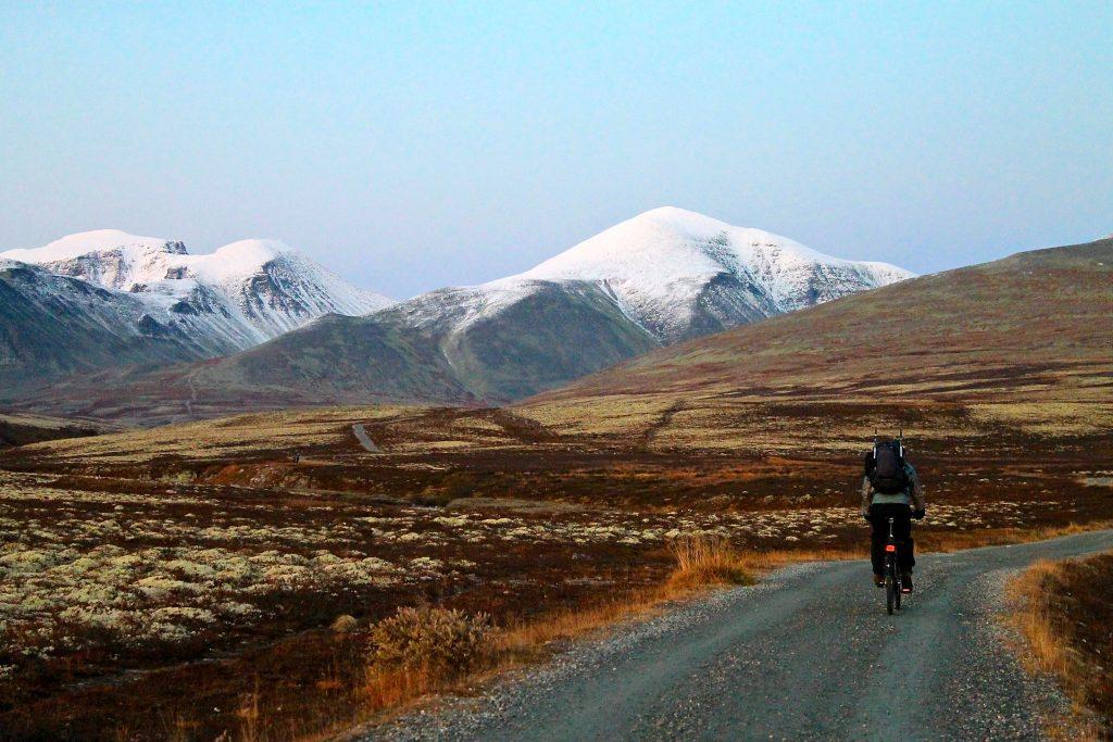 Turen fra Spranget inn til Rondvasssbu går fortest unna på sykkel.