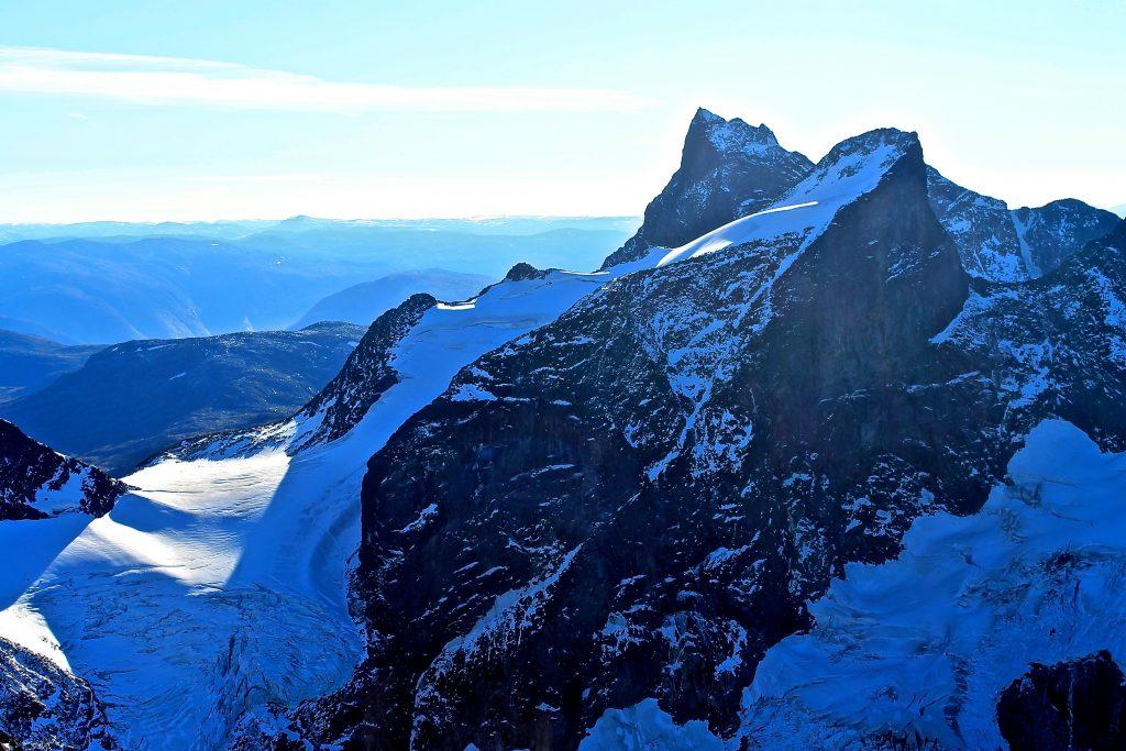 Store Ringstind (2.124 mom) er en populær skitopp vinterstid. Her sett fra Store Dyrhaugstinden.