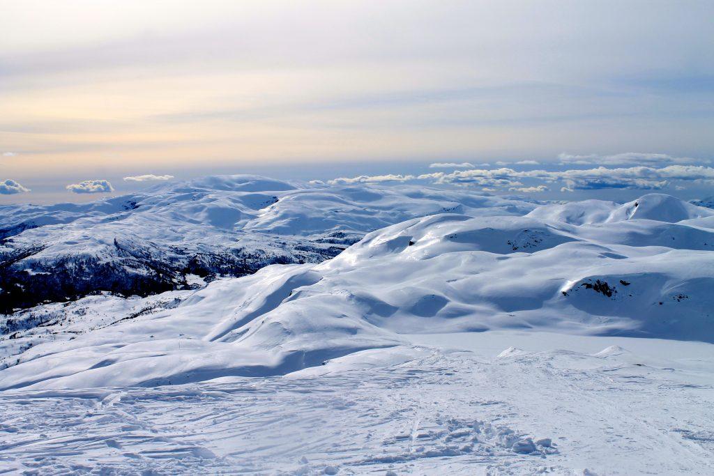 Utsikt mot Kvamskogen og Tveitakvitingen fra Torefjell i Hardanger.