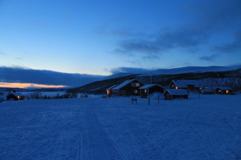 Det er blitt kveld ved Jotka Fjellstue på Finnmarksvidda.