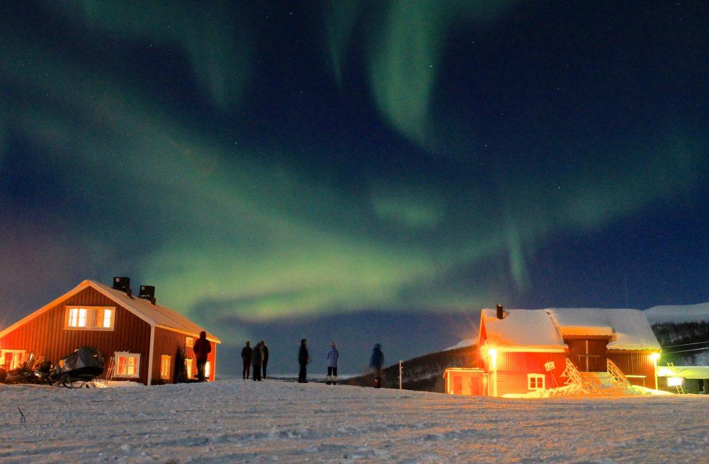 Ute og titter på nordlyset på Joatkajávri fjellstue.