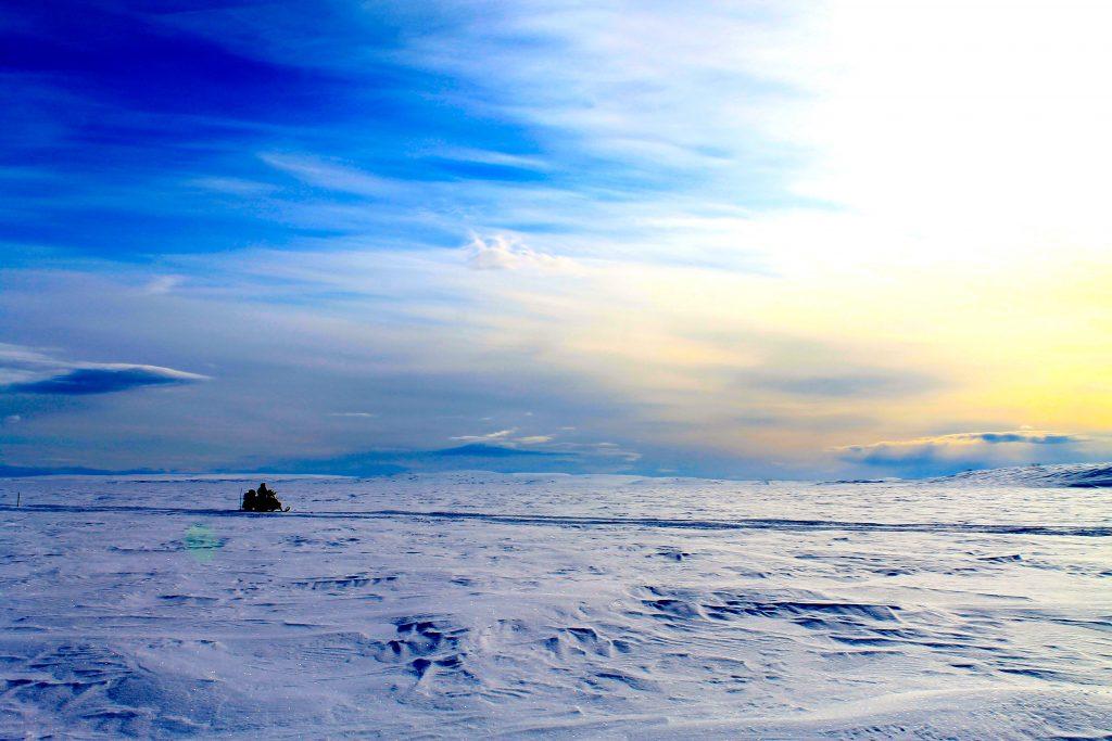 Etter å ha krysset Finnmarksvidda på ski går turen tilbake til Alta på snøscooter.