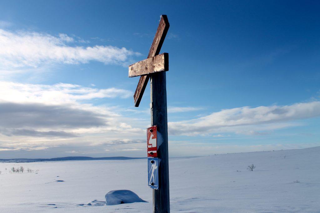 Vi følger den merkede scooterløypen over vidda mellom Alta og Karasjok.