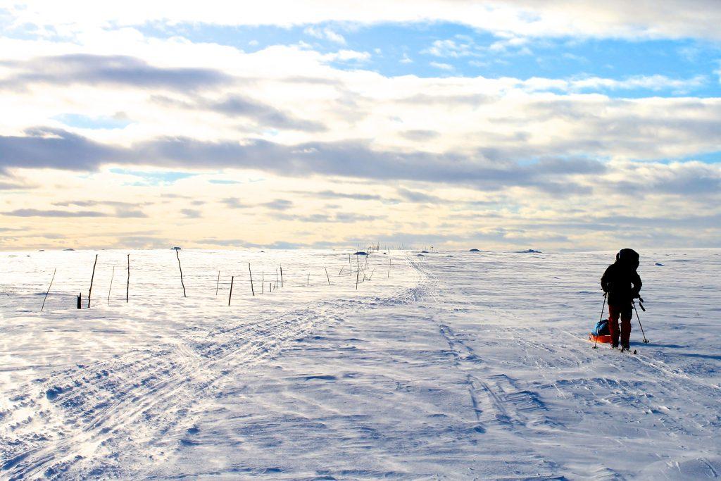 Etappen mellom Mollešjohka og Ravnastuen går gjennom flatt viddelandskap hvor det ofte er vindfullt.