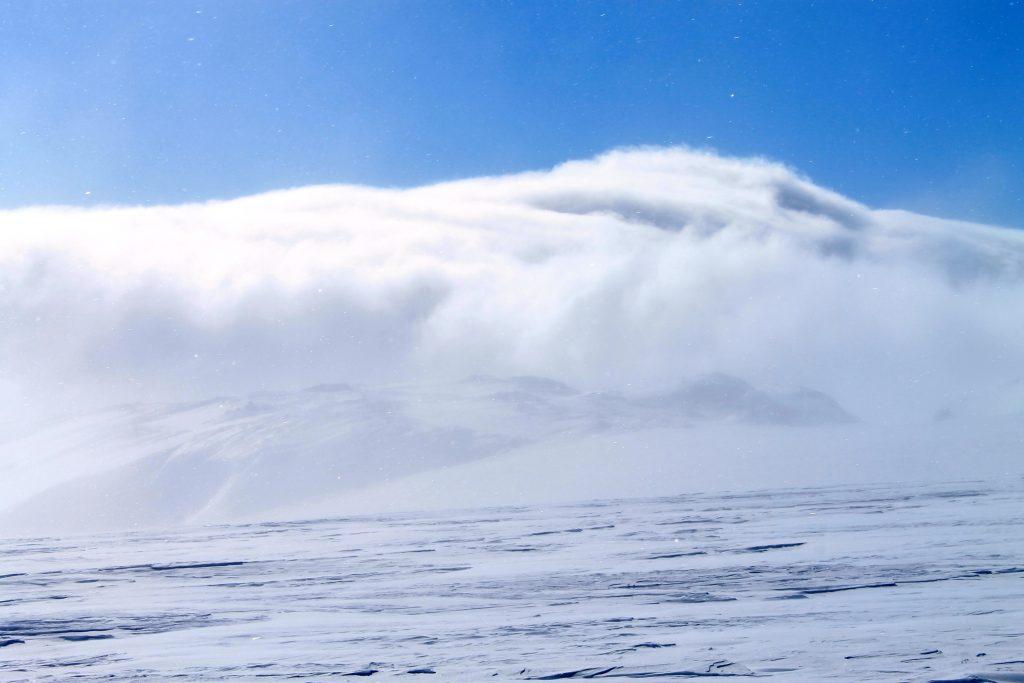 Sterk vind fører et skydekke over Juklanutane ved brekanten til Hardangervidda i sør.