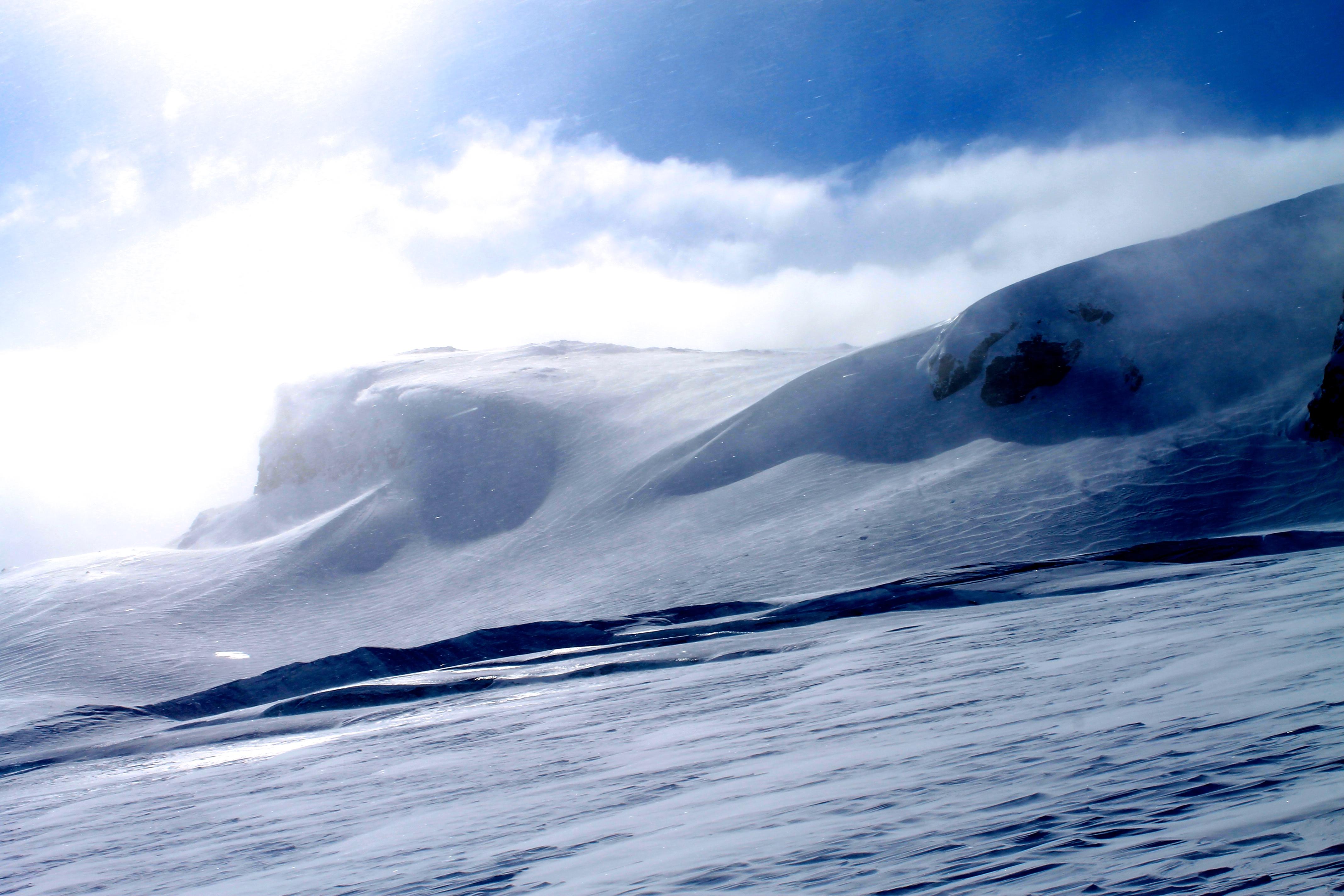 Bresprekker på Vestra Leirebottsskåka, et brefall på Hardangerjøkulen. Juklanutane i bakgrunnen.