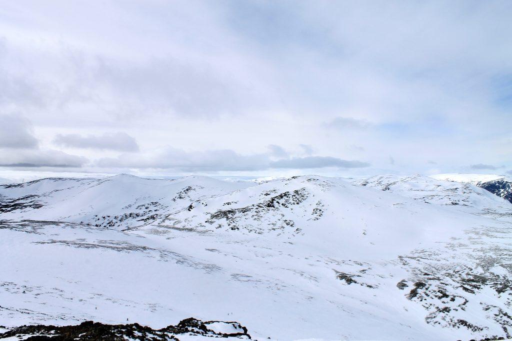 Hemsedalsfjell på rekke og rad. Utsikt fra Sogshorn mot Skarvanfjellet, Nibbi og Skurvefjellet.