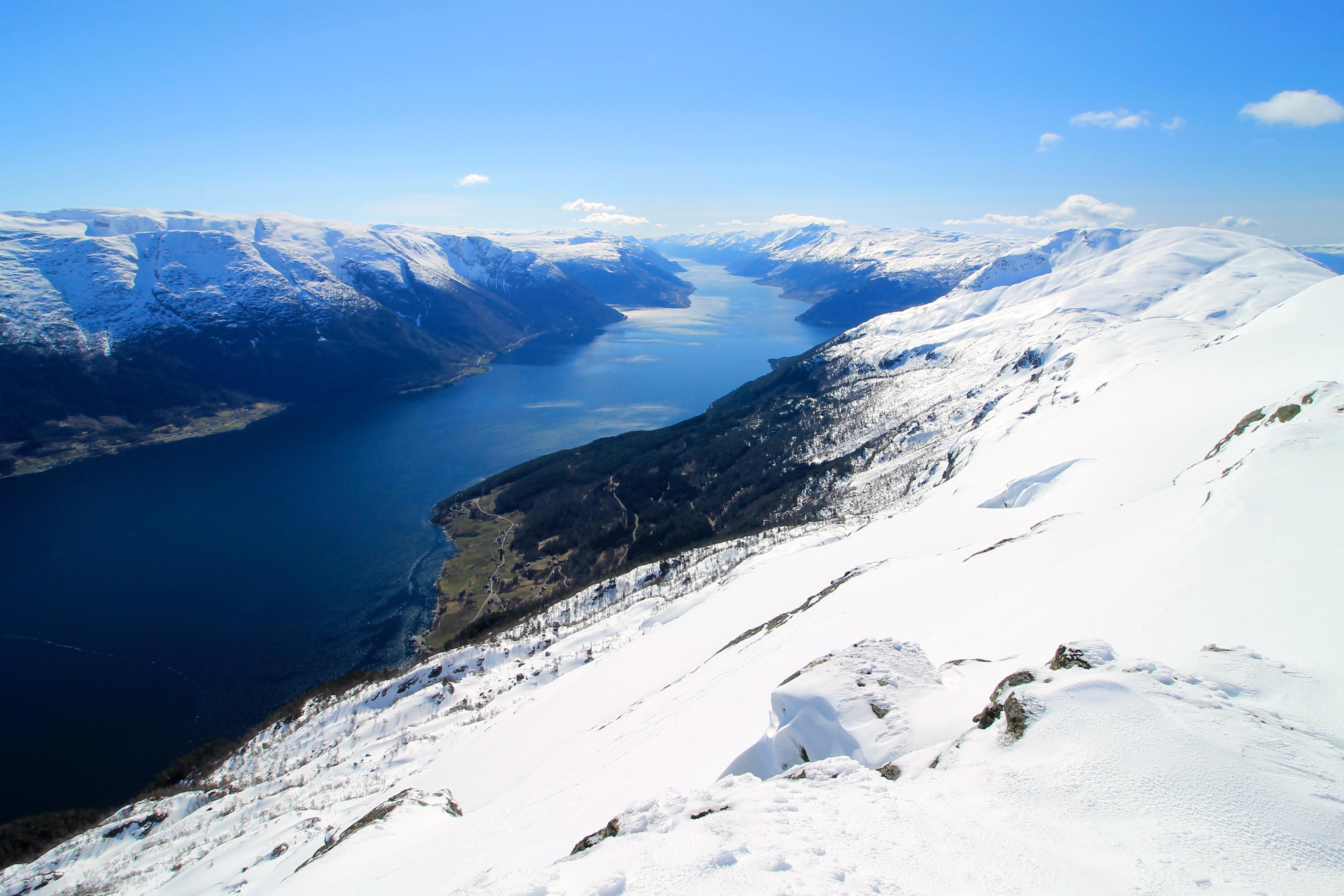 Fra Ingerbjørgfjell ser vi mange av Hardangerfjordens fjordarmer, samt Folgefonna.