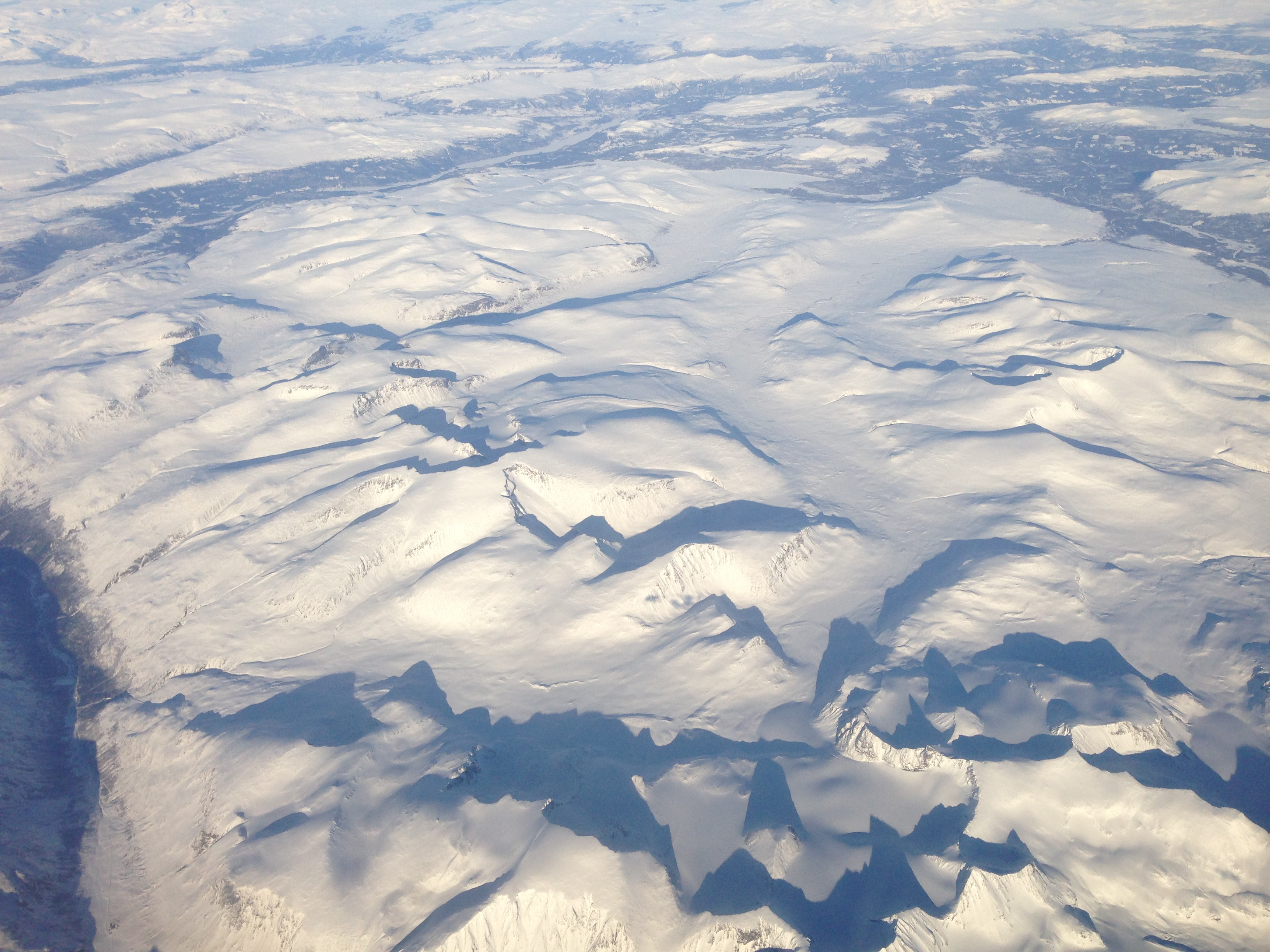 Glittertindmassivet med Spiterstulen nede til venstre. Glitterheim øst for Glittertinden, i Veodalen, ser ut til å ha forsvunnet i snømassene.