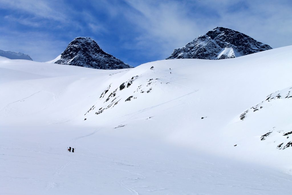 Brefallene til Storbrean med Kniven (2.133 moh) og Store Smørstabbtinden (2.208 moh).