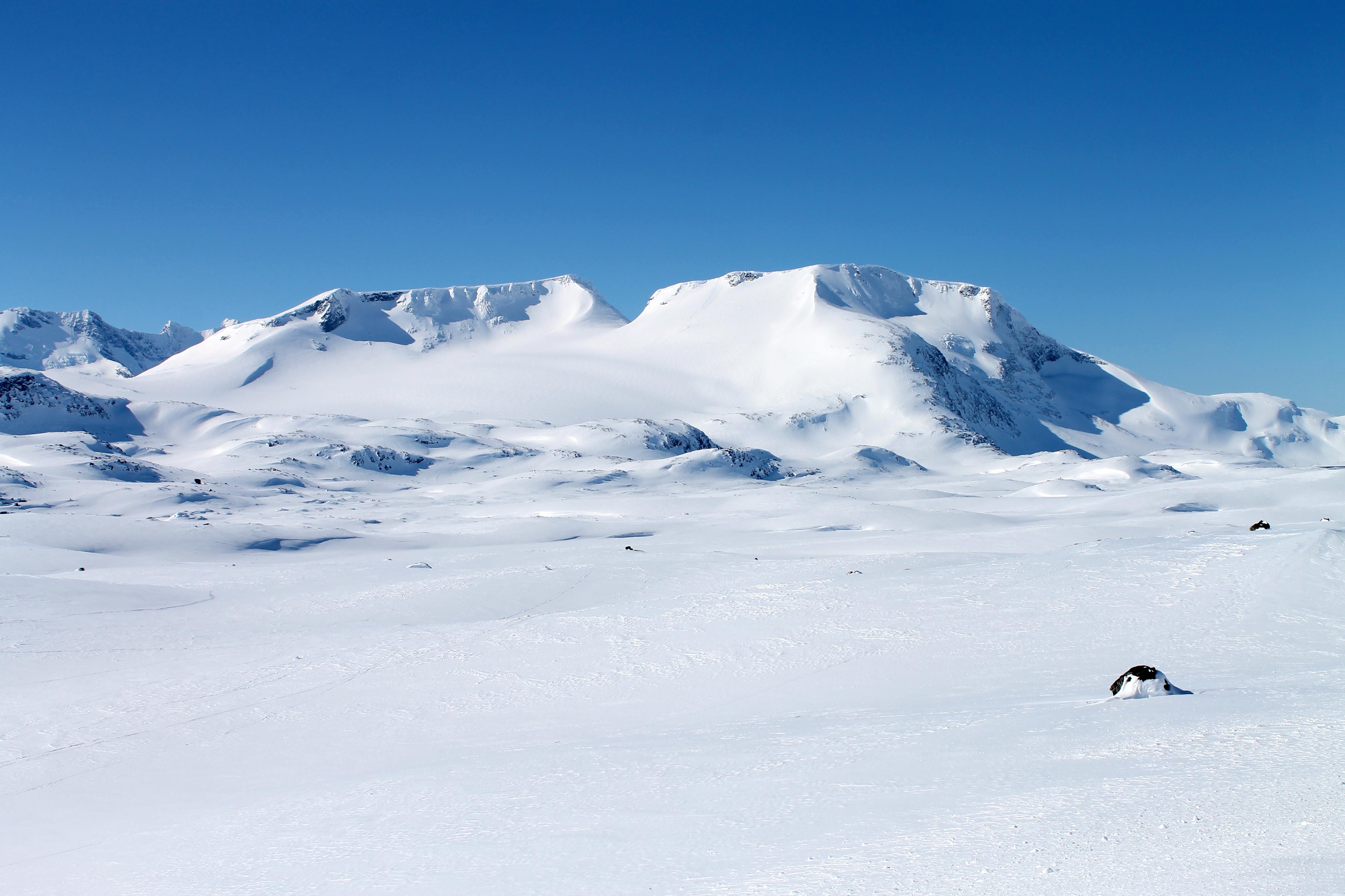 Fannaråken med Fannaråkbreen og Steindalsnosi på Sognefjellet sett fra Sognefjellsveien.
