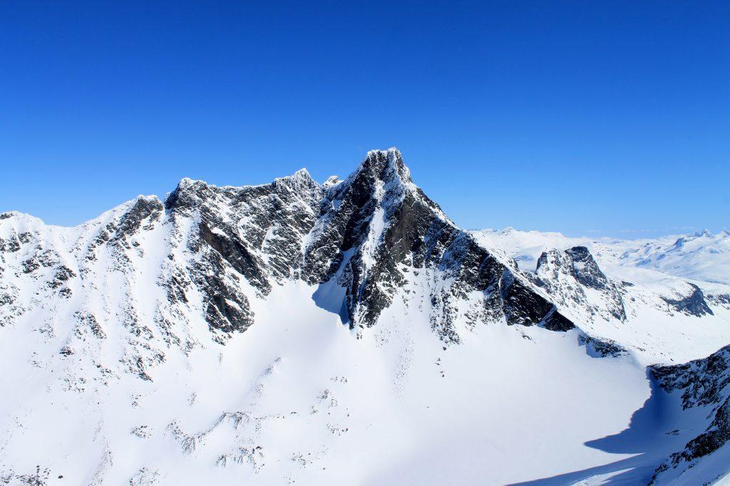 Utsikt mot den høythengende klatretoppen Store Skagestølstind (2.406 moh) fra Dyrhaugstindene.