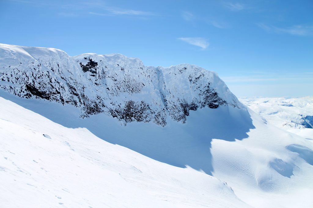 Sørvestryggen opp til Steindalsnosi er en annen variant av ruten. Ryggen er smal og kan være krevende.