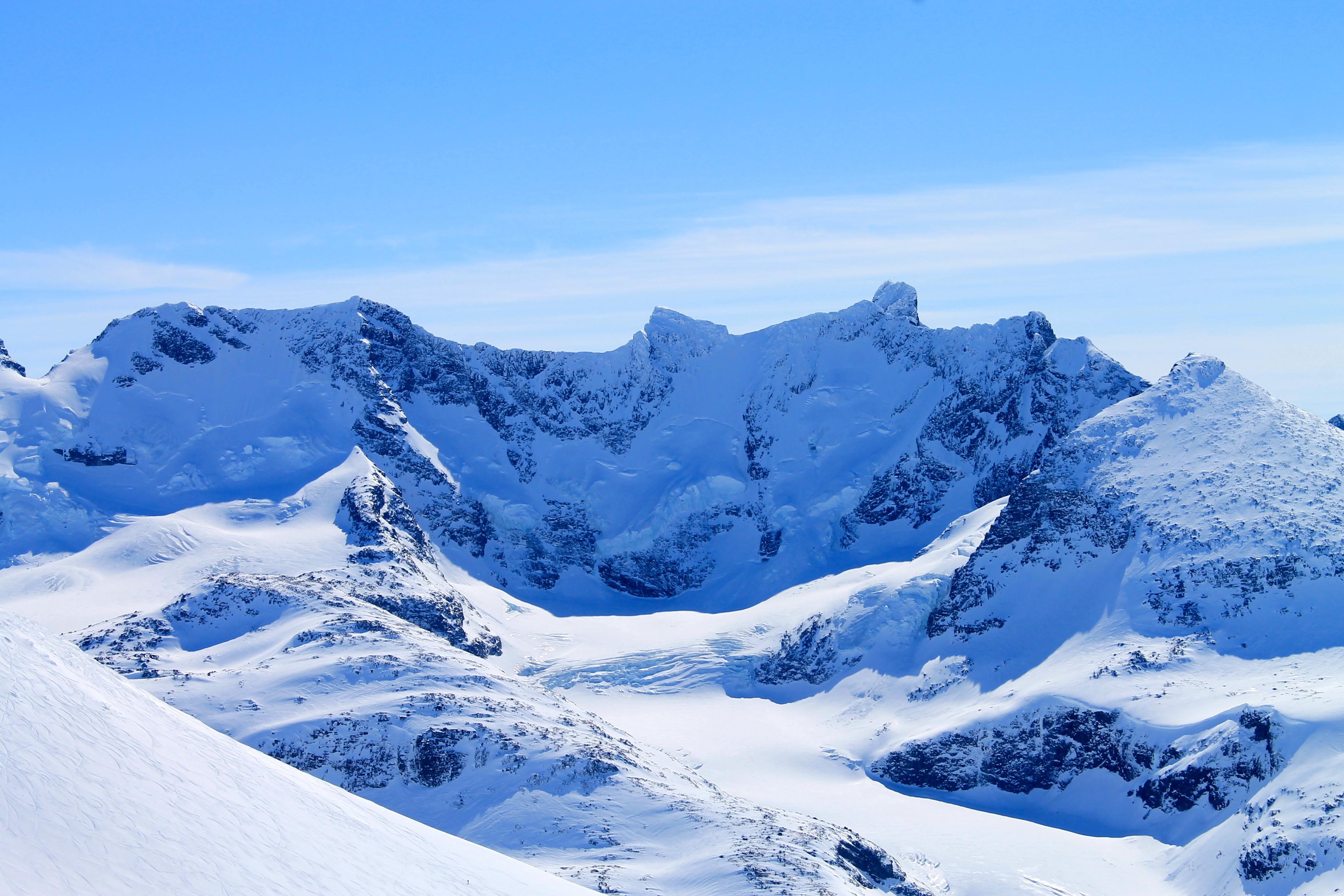 Styggedalstindane (2.387) og Gjertvasstinden (2.351 moh) med Styggedalsbreen og Gjertvassbreen, sett fra Steindalsnosi.