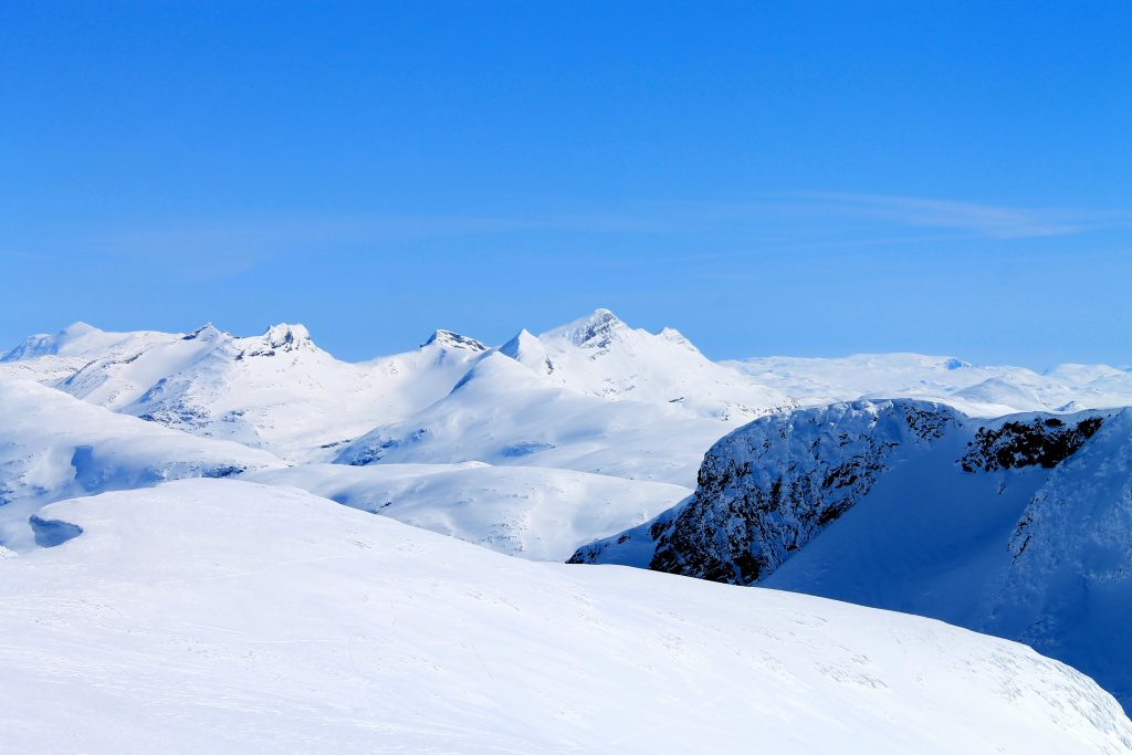 Utsikt fra Steindalsnosi mot Mjølkedalspiggan og Uranostinden.
