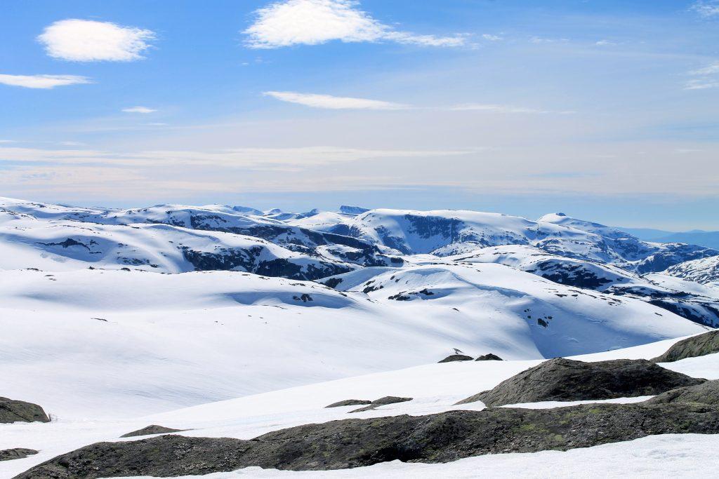 Utsikt mot Rosendalsalpene og topper som Melderskin, Bjørndalstindene og Gyrastolen fra Folgefonna.