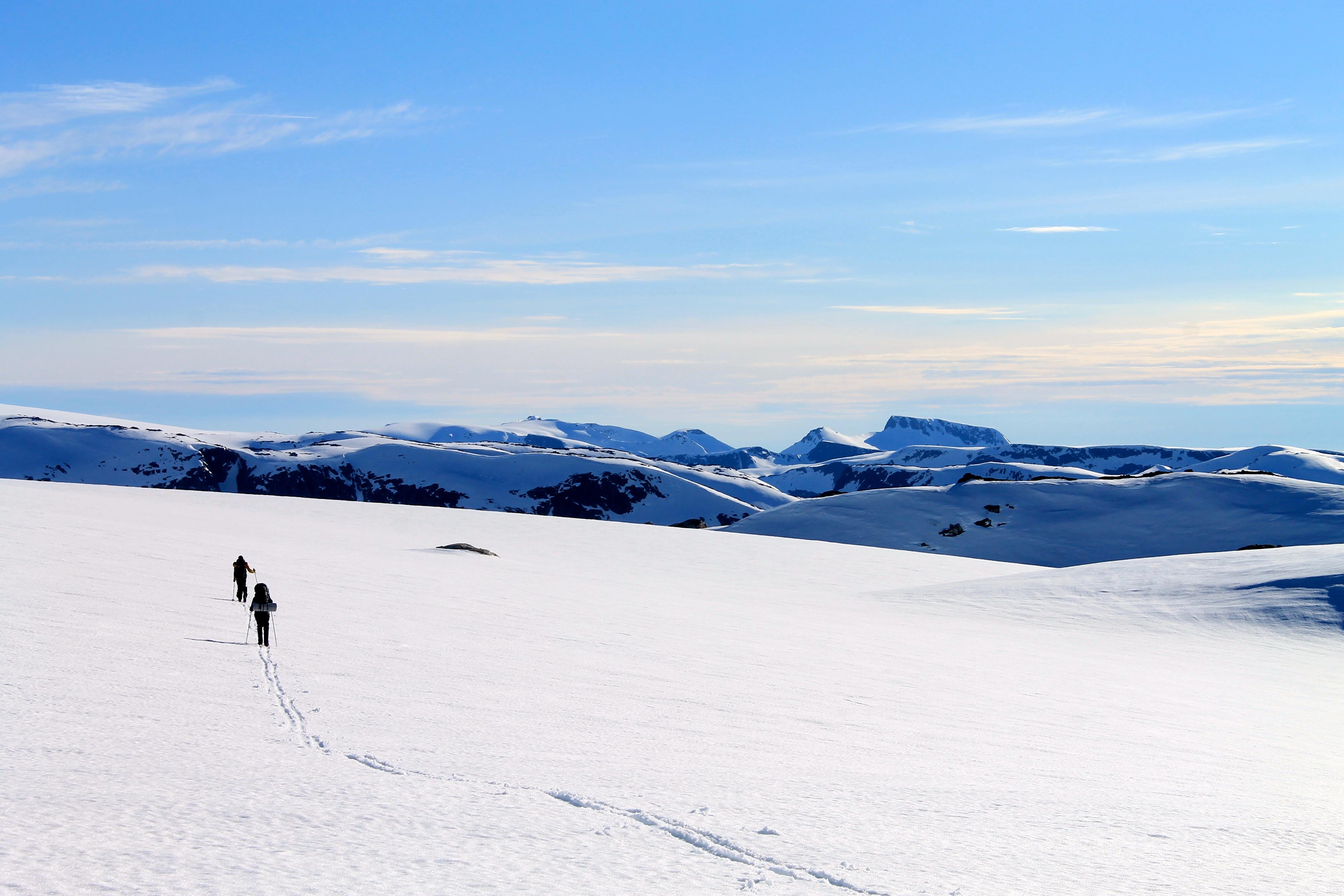 På ski over Folgefonna. Her på Sørfonna like ved Fonnabu. Utsikt mot Melderskin og Rosendalsalpene.