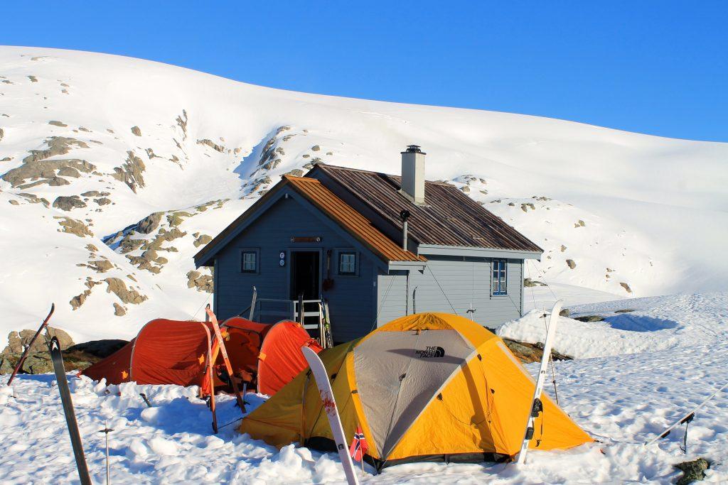 Sauabrehytta er en liten hytte som ligger tett inntil Folgefonna i sørøst.