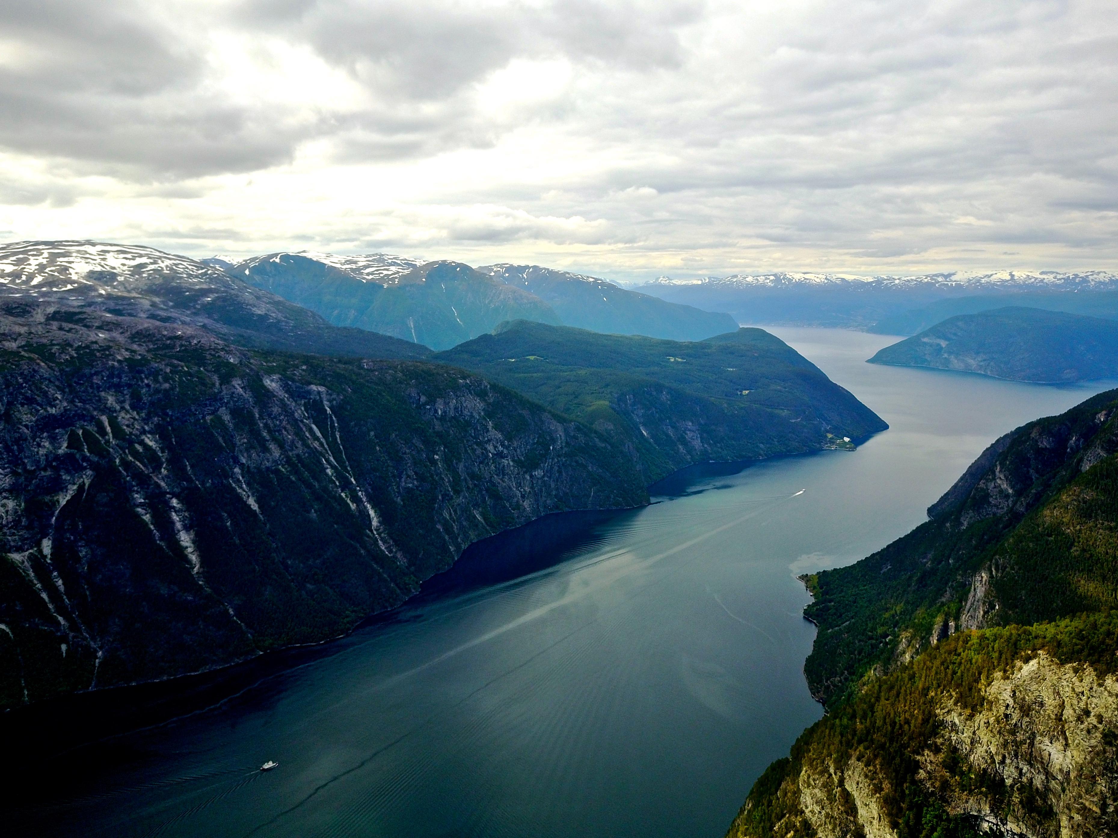 Aurlandsfjorden løper ut mot Sognefjorden. I bagkrunnen ser vi mot Leikanger.