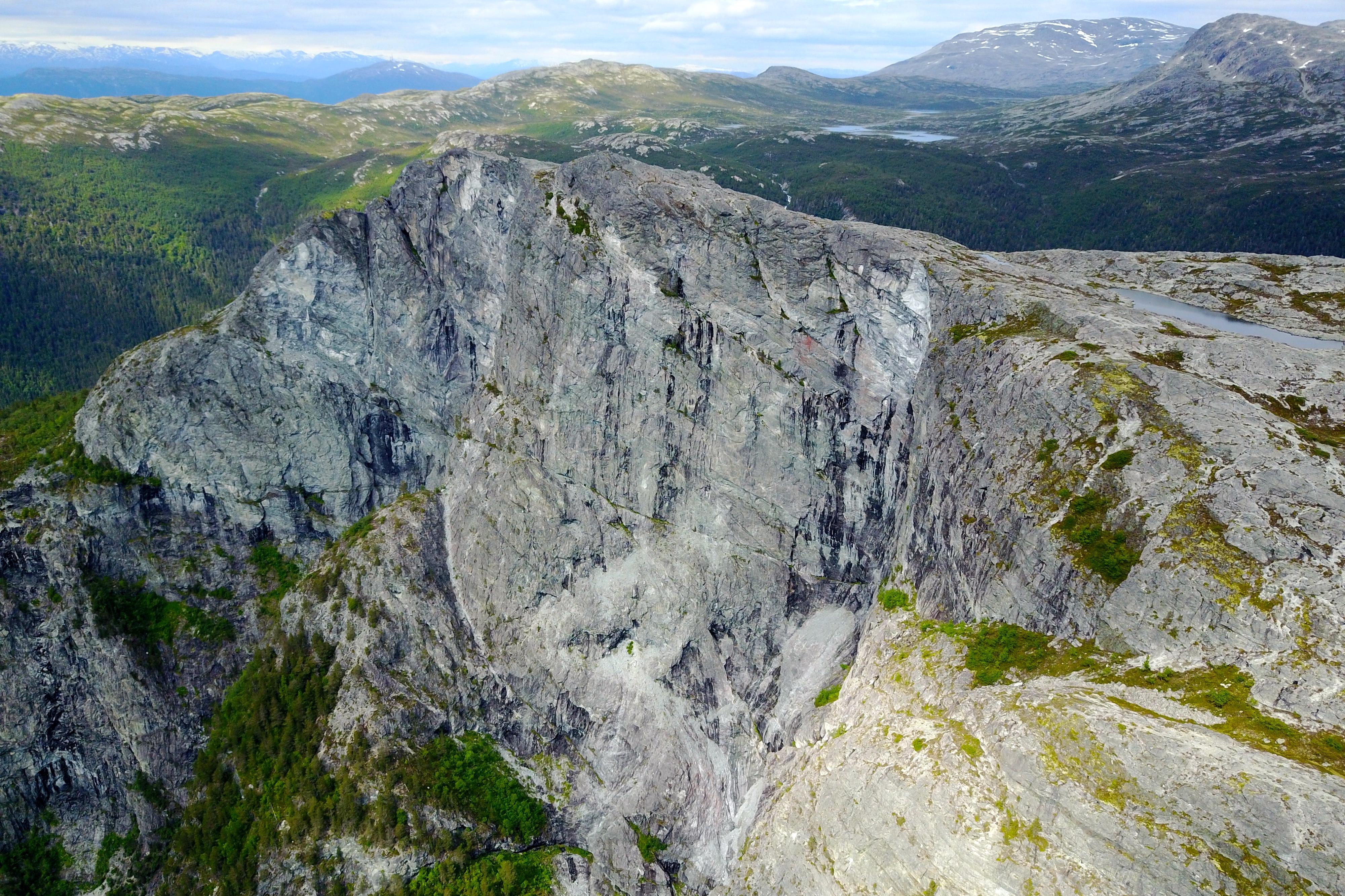 Kalvsnesnosi er en stupbratt klippe ovenfor der Aurlandsfjorden og Nærøyfjorden møtes