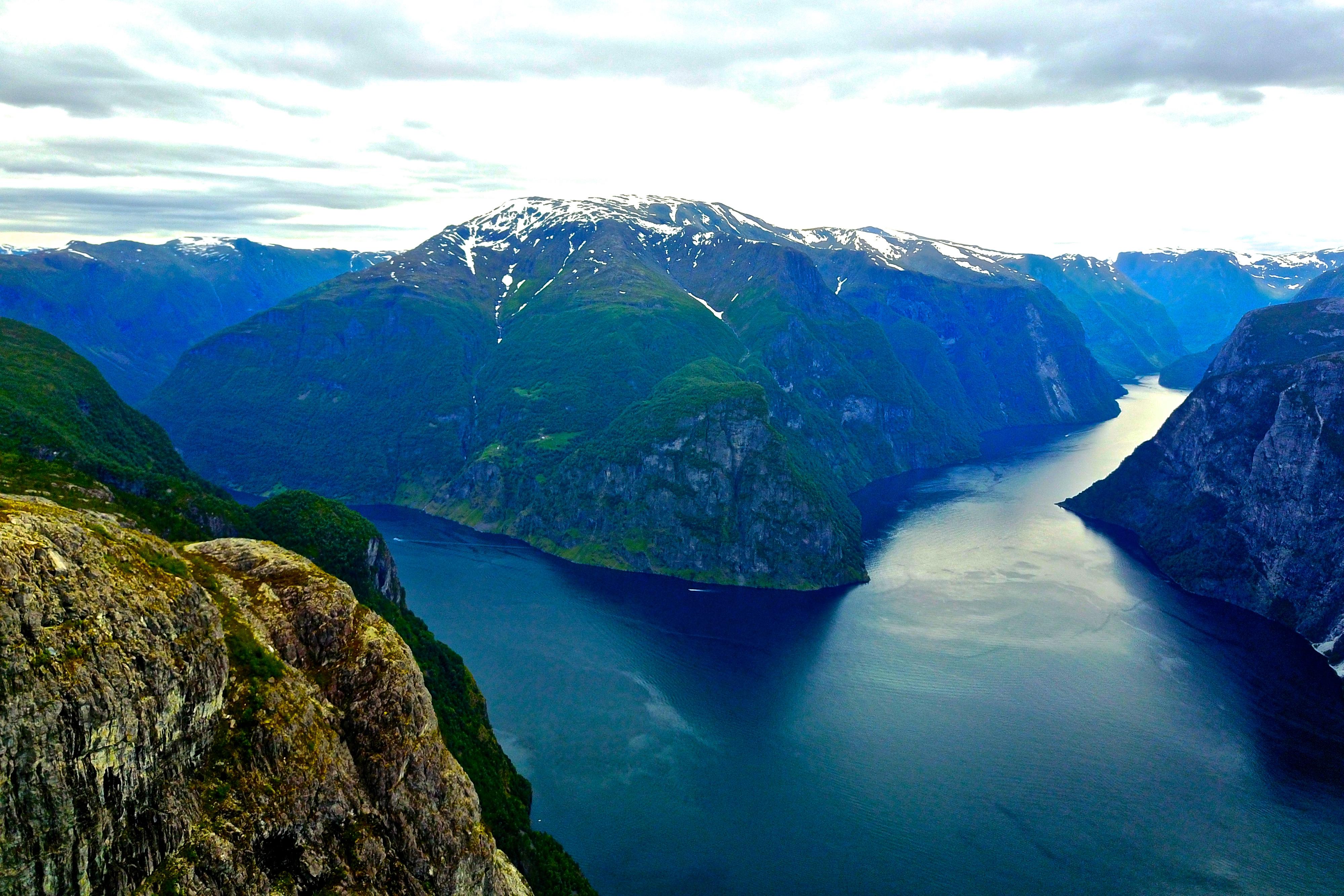 Kalvsnesnosi (1.093 moh) ligger på en spektakulær klippe der Aurlandsfjorden og Nærøyfjorden møtes.