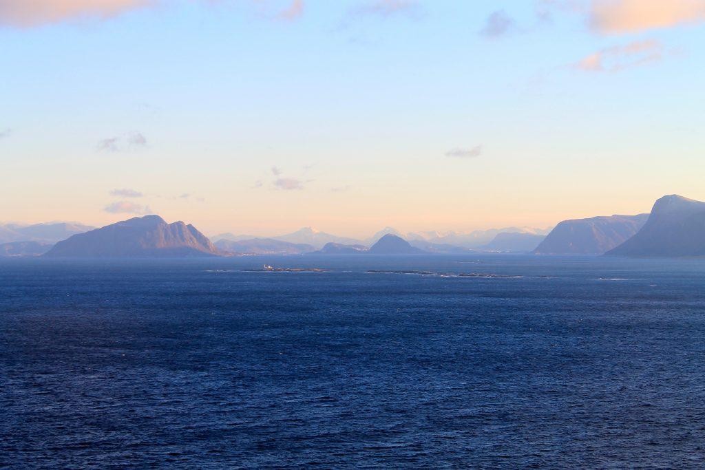 Sunnmøres fjell møter havet.