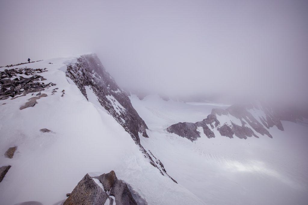 En skyet og tåkete dag på Glittertinden og Trollsteineggje.