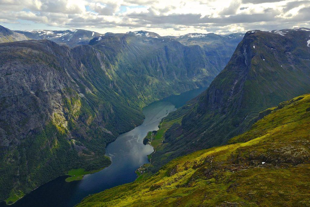 Utsikt ned i Nærøyfjorden  mot Bakka fra Breiskrednosi (1.189 moh). Bakkanosi (1.398 moh) til høyre.