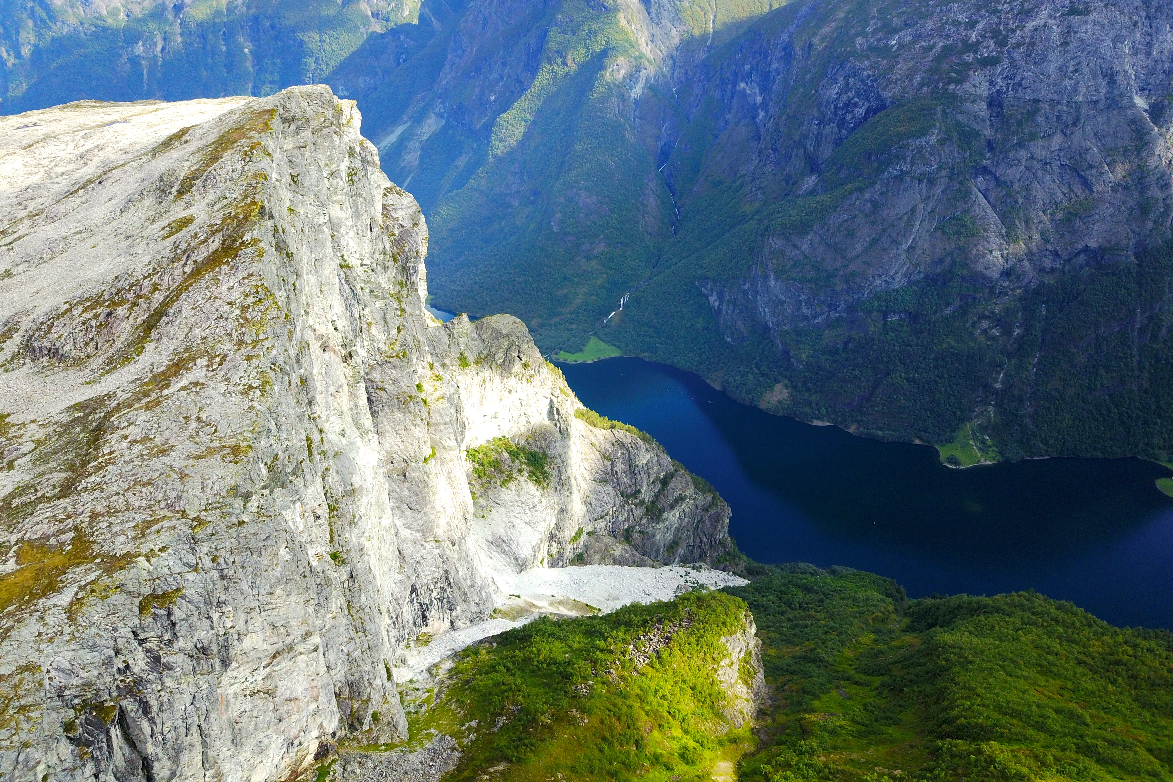 Utsikten fra Breiskrednosi (1.189 moh) er luftig og spektakulær.