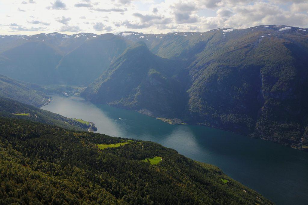 Fra Vikesland er det fin utsikt mot innerste delen av Aurlandsfjorden og Flåm.