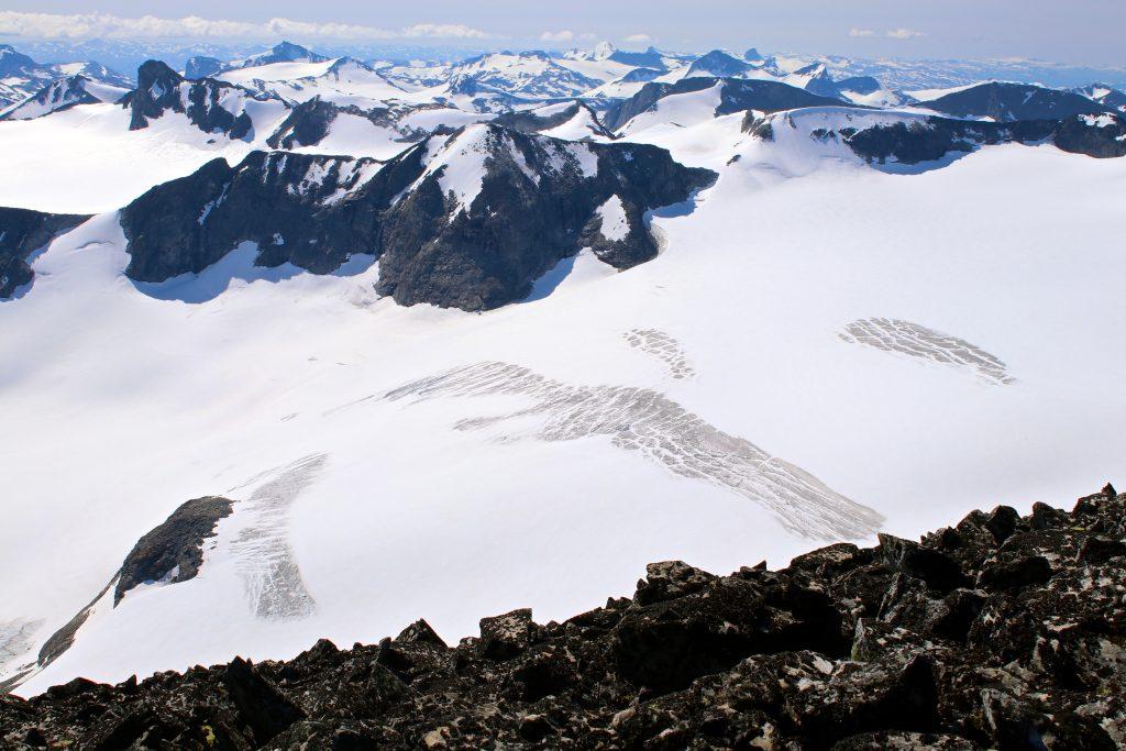 Tverråbrean Nørdre Bukkeholstindan (2.166 moh) sett fra Tverråtindan.