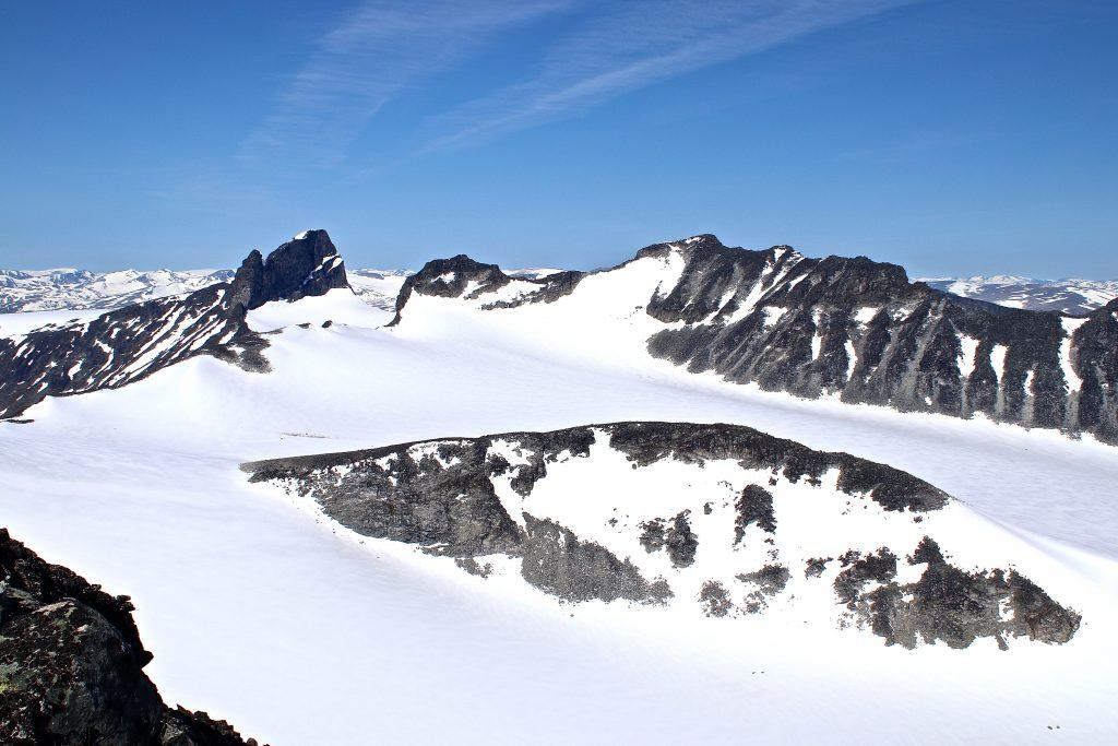 Svellnosbrean sett fra Tverråtindan (3.002 moh). Svellnosbreahestan i midten, toppene Skardstinden, Ymmelstinden, Storjuvtinden og Galdhøpiggen bak.