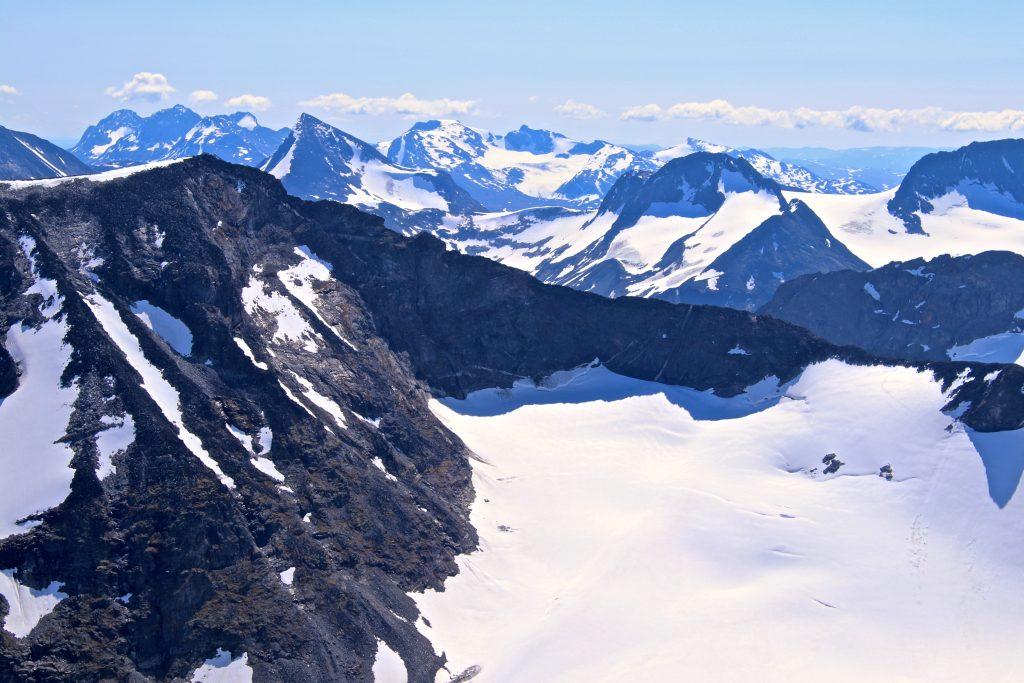 Det går bratt ur fra toppen av Styggehøe ned mot bandet hvor en kan gå inn på Tverråbrean.