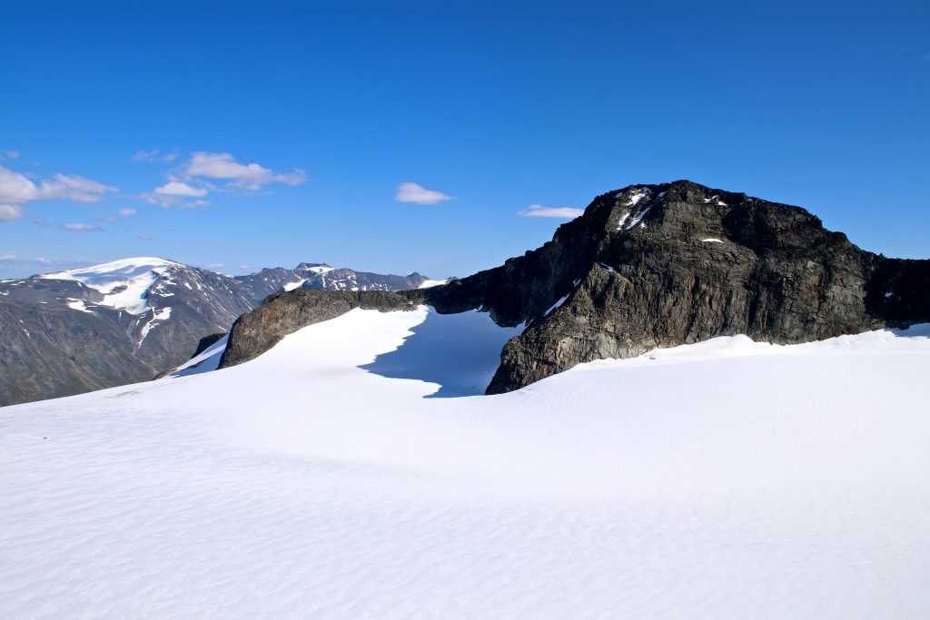 Midtre Tverråtinden (2.302 moh) sett fra Svellnosbrean.