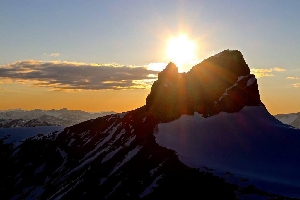 Skardstinden i solnedgang sett fra soveposen på bandet mellom Svellnosbrean og Nørdre Ilåbrean, like under Ymmelstinden.