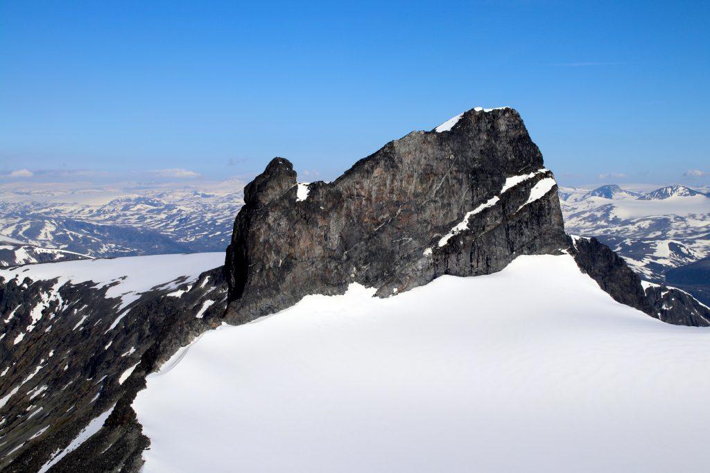 Skardstinden og Nåle sett fra sørvestryggen opp til Galdhøpiggen.
