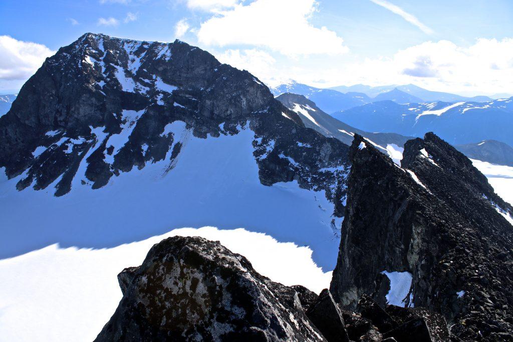 Galdhøpiggen sett fra vest på ryggen mellom Storjuvtinden og Galdhøpiggen.