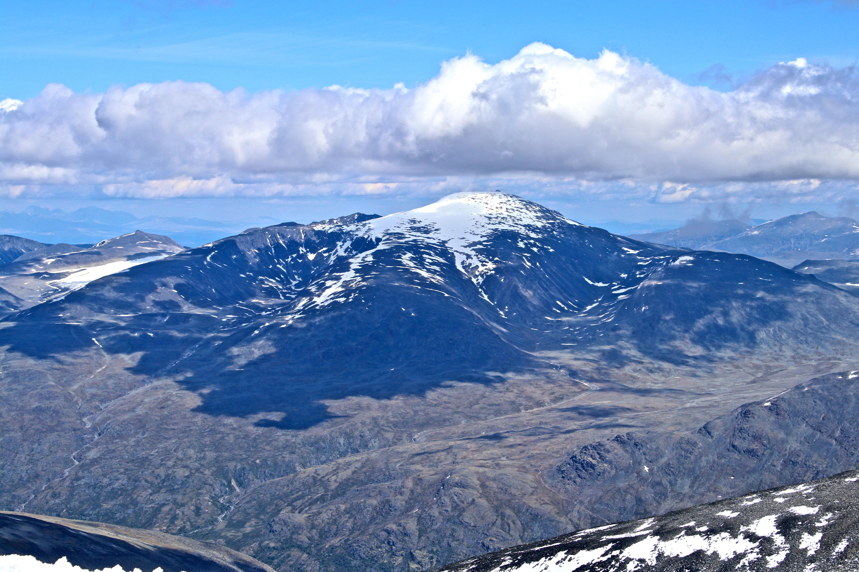 Glittertinden (2.459 moh) sett fra Galdhøpiggen (2.469 moh).