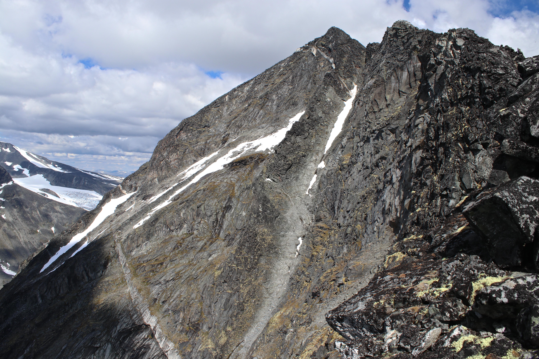 Sørvestryggen til Styggehøe sett fra bandet mellom Styggehøe og Nørdre Bukkeholstindan.