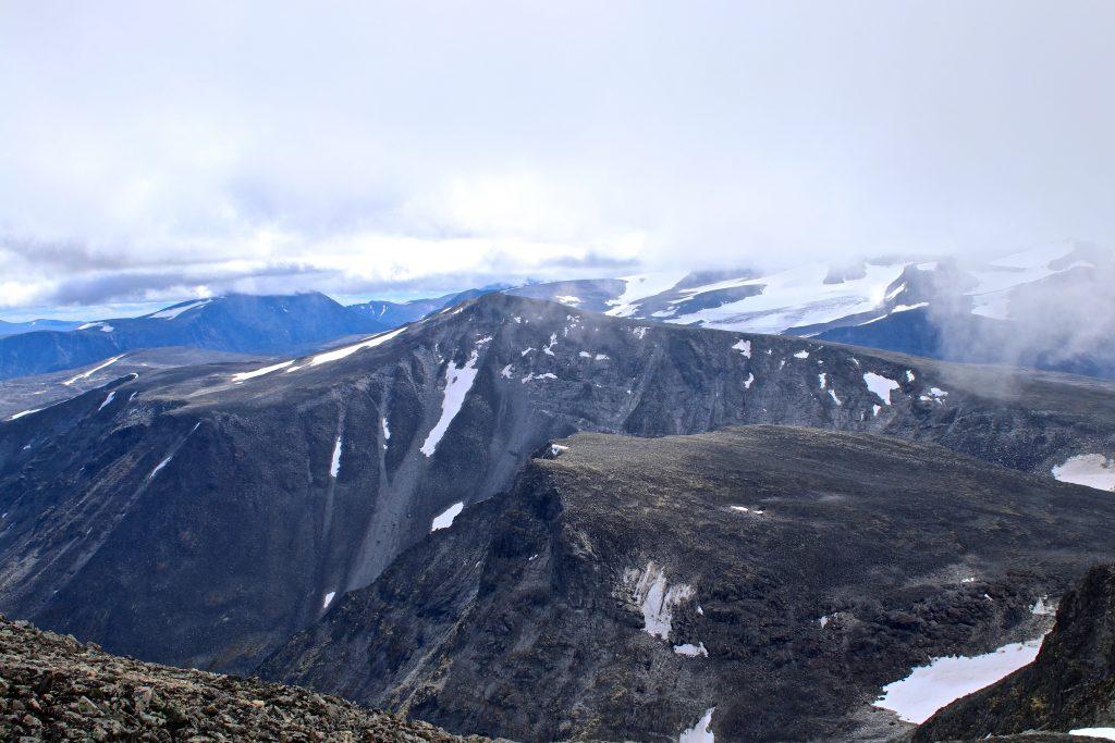 Ryggjehøe (2.142 moh) sett fra Glittertinden (2.459 moh).