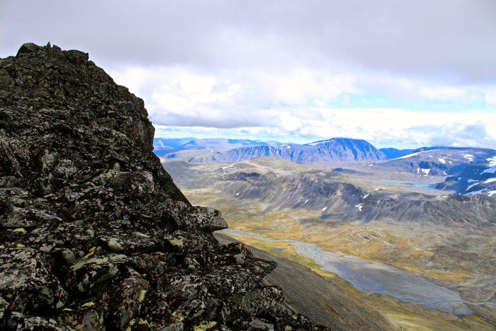 Toppen av Ryggjehøe med Veodalen, Besshøe og Surtningssuoksle i bakgrunnen.